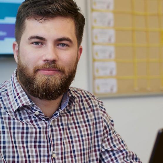 Dualer Student am Rechner